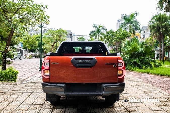 duoi xe hilux - So sánh Toyota Hilux và Ford Ranger 2021